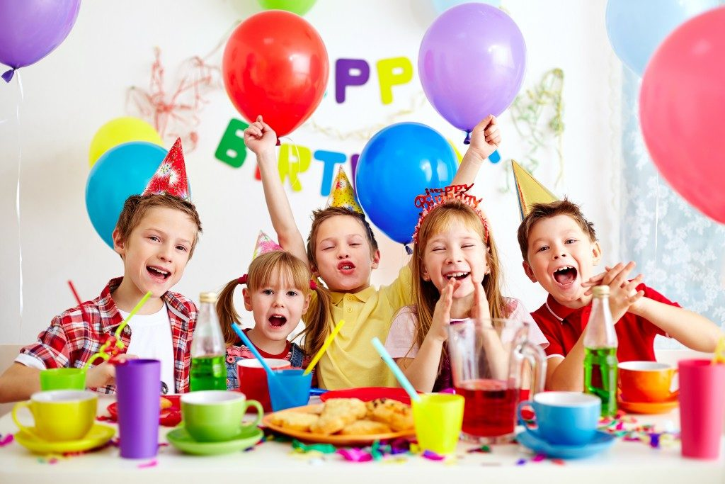 kids celebrating a birthday
